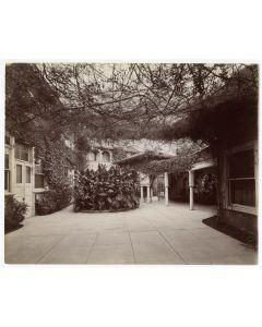 Court of Casa de Rosas, Los Angeles